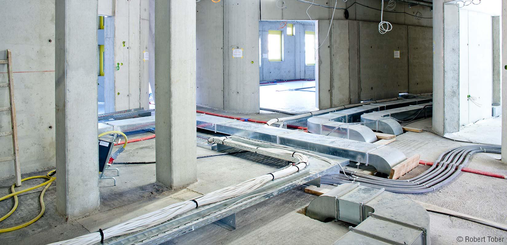 Campus WU, Doppelboden Installation der unterschiedlicher Gewerke © Robert Tober Photography · www.toro.cc