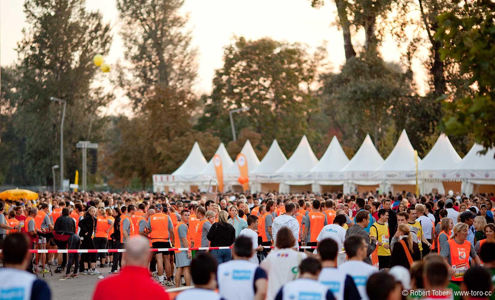 Menschenmassen in orangen Laufshirts beim Business Run