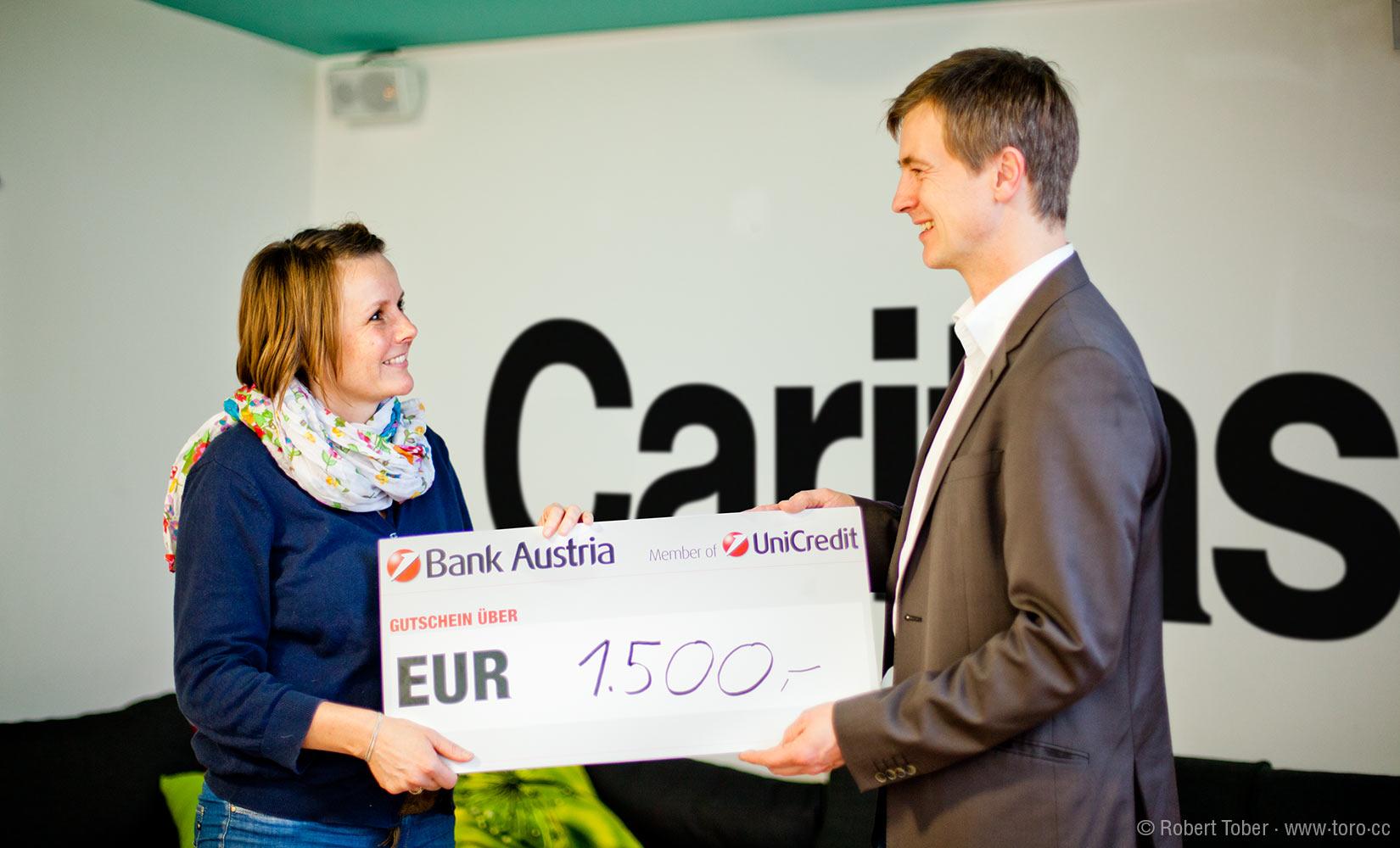 Ing. Werner Hoyer-Weber überreicht ein € 1.500,- Check Claudia Amsz © Robert Tober