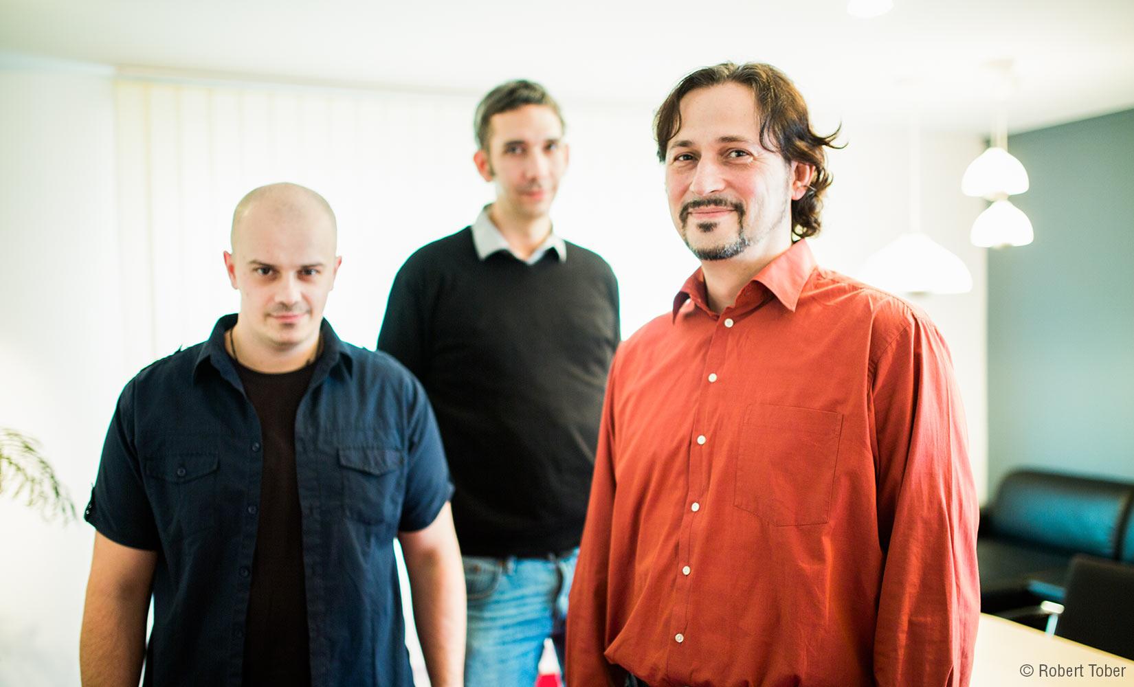 Gruppenporträt Hoyer-Brandschutz Mitarbeiter. Ing. Nenad Milivojević, Ing. Florian Sterkl und Dieter Petz, MBA. © Robert Tober