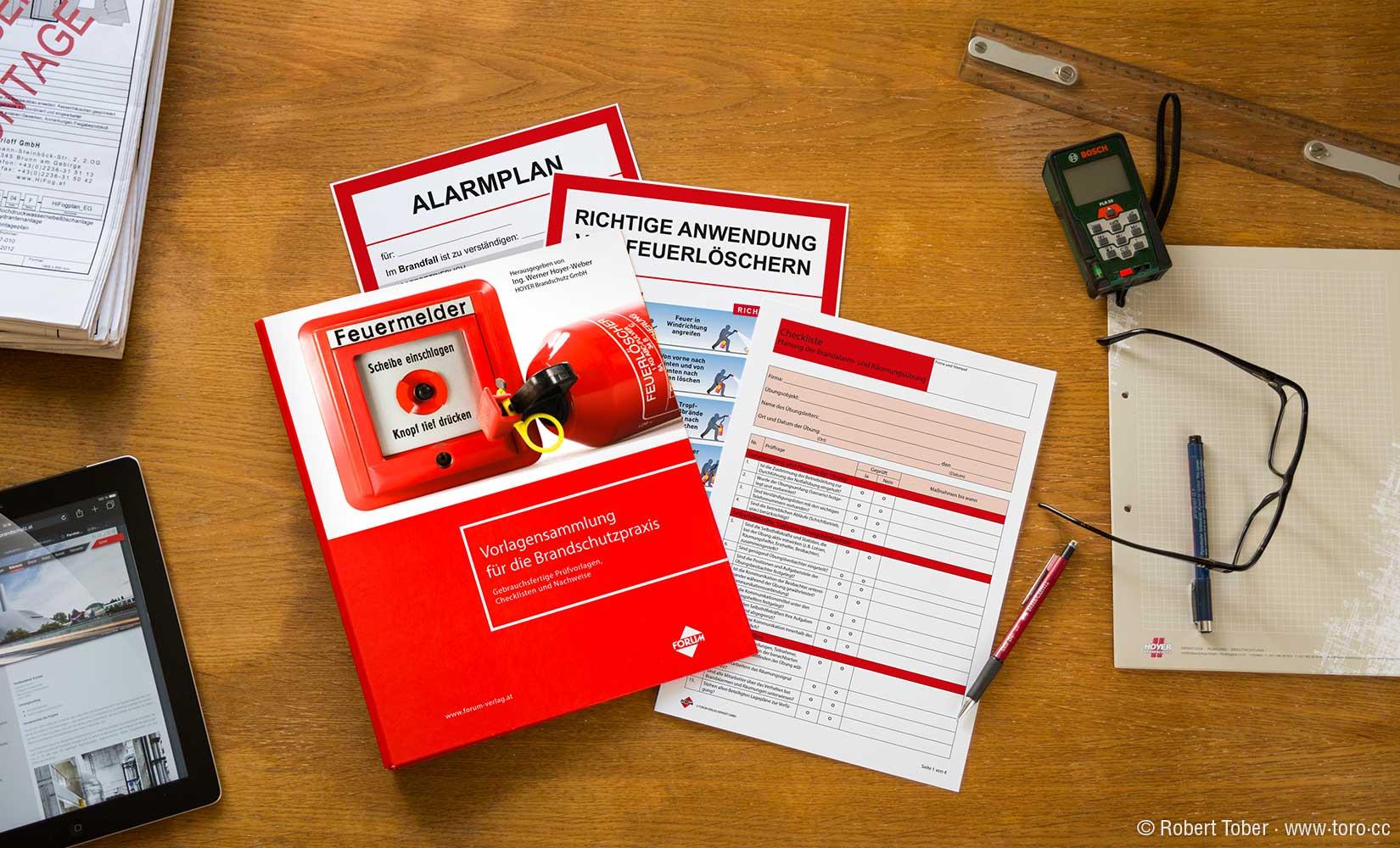 Vorlagensammlung für die Brandschutzpraxis am Tisch eines Ingenieurs © Robert Tober