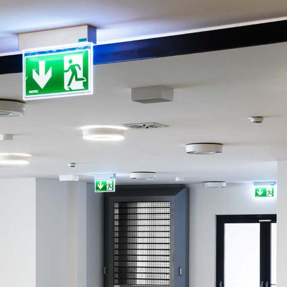 Am Gang ist der Fluchtweg deutlich gekennzeichnet, Entlüftungsklappen neben der Türe © Robert Tober