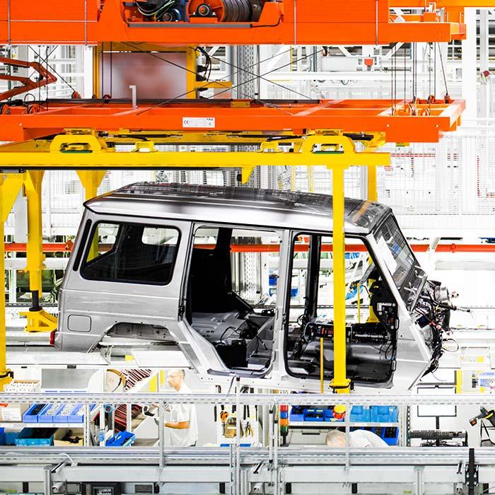 Verzinkte Mercedes Benz G-Klasse Rohkarosserie in der Produktionsstrasse © Robert Tober