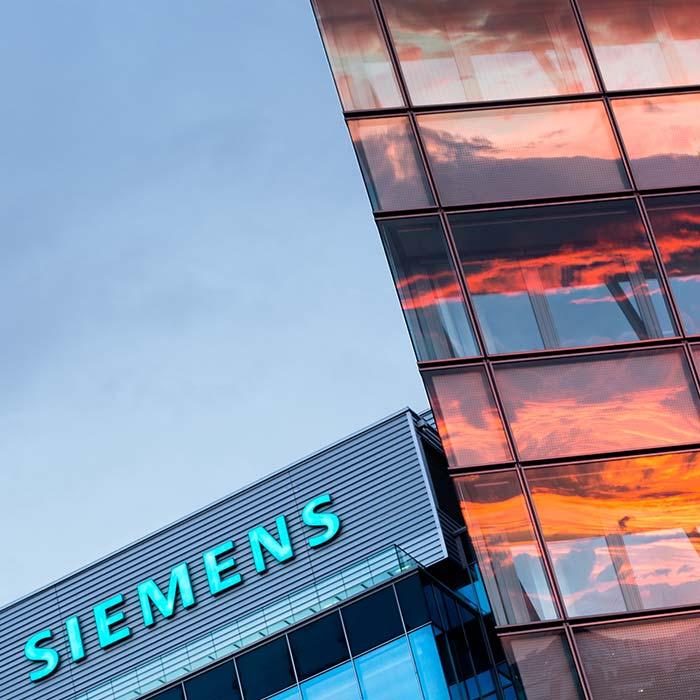 Glasfassade der Siemens City, mit Spiegelung des Sonnenuntergangs © Robert Tober