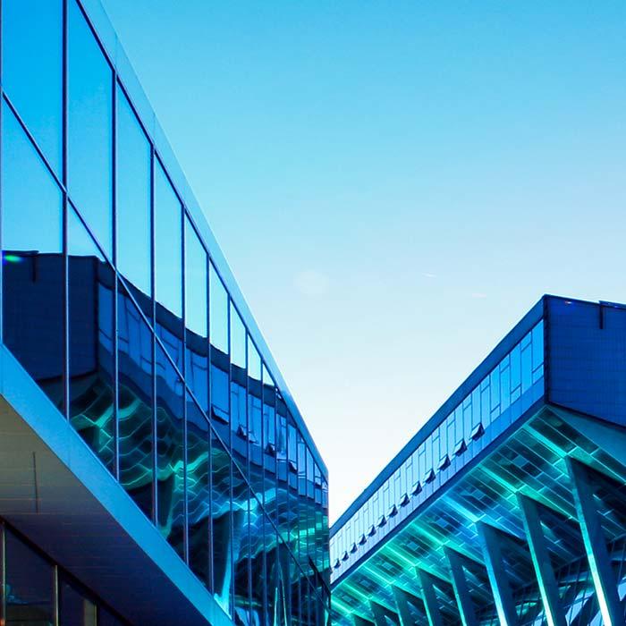 Die Wiener Stadthalle in der Abenddämmerung blau beleuchtet © Robert Tober