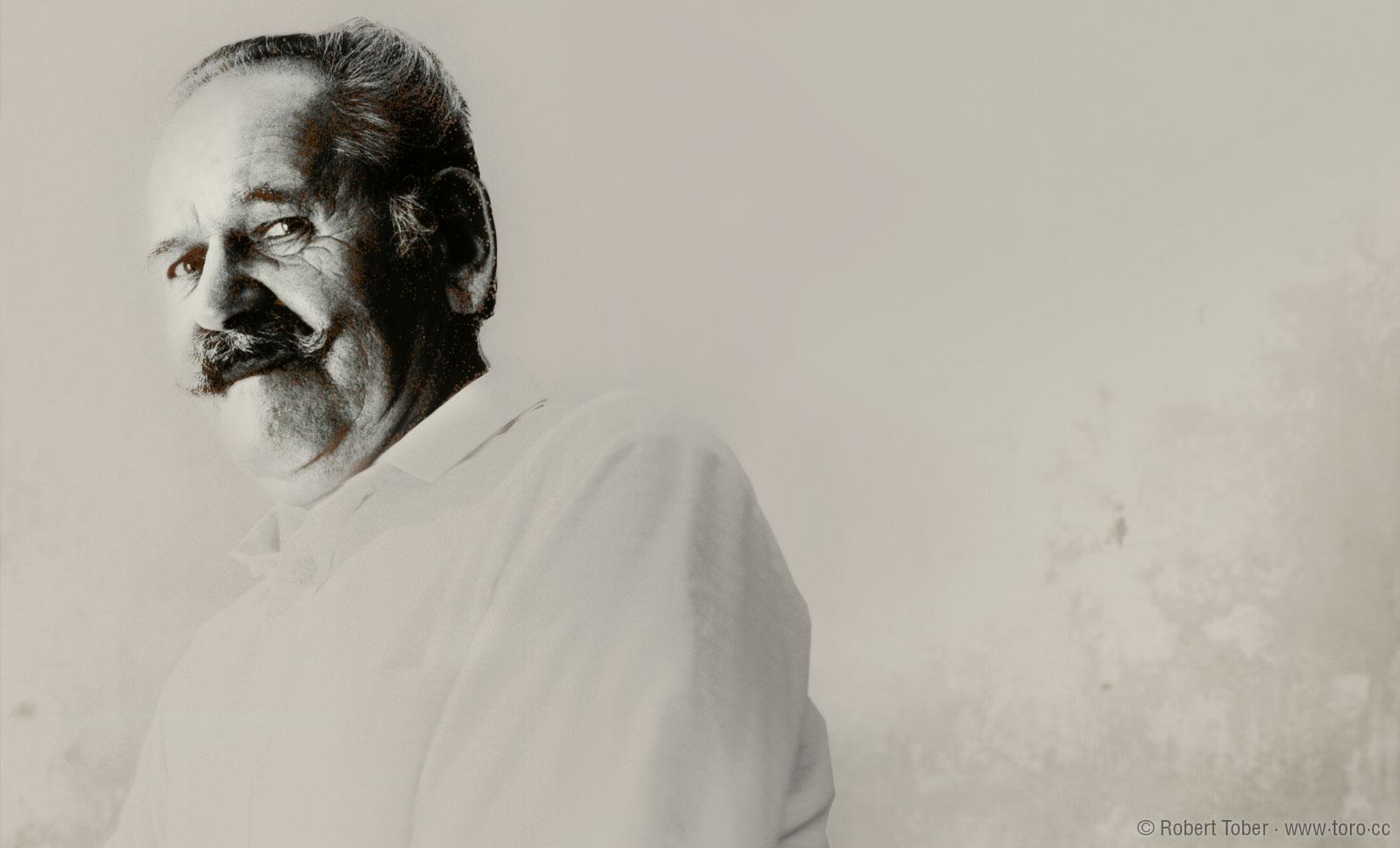 Schwarz-weiß Porträt eines älteren Herrn mit gezwirbeltem Oberlippenbart © Robert Tober