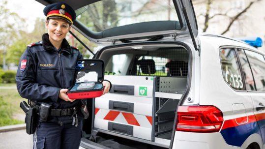 Inspektorin Claudia Frank, Polizeikommissariat Fünfhaus, mit dem neuen mobilen Defibrillator © Robert Tober · www.toro.cc