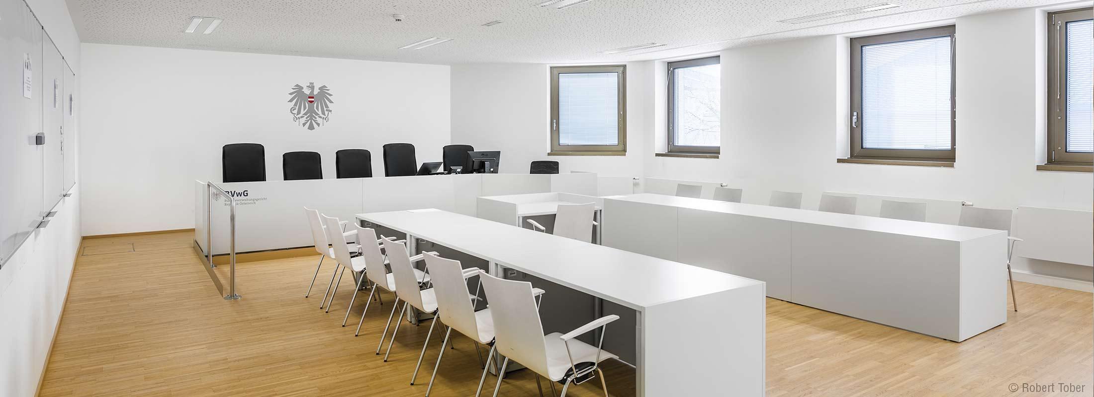 Bundesverwaltungsgericht Verhandlungssaal mit dem Österreichischen Adler © Robert Tober