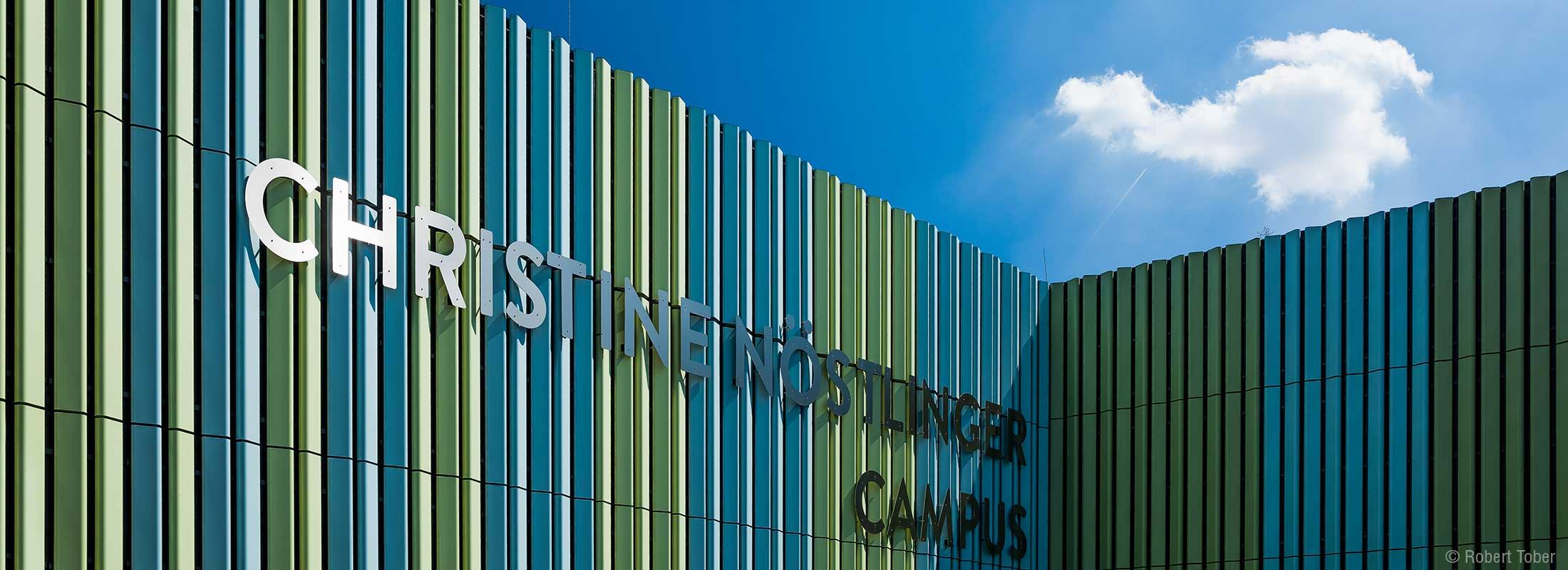 Moderne Fassade aus Alu-Sonderstrangpressprofilen von ICC Fassadentechnik. Christine Nöstlinger Campus Wien. © Robert Tober