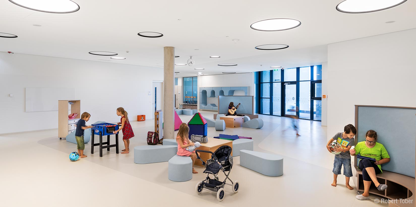 Christine Nöstlinger Bildungscampus Wien. Multifunktionszone mit lernenden und spielenden Kindern © Robert Tober Photography · www.toro.cc