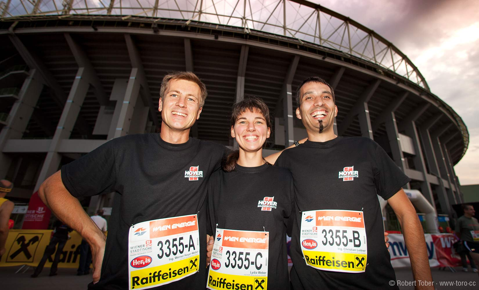 Die Laufmannschaft von Hoyer-Brandschutz posiert vor dem Ernst-Happel-Stadion © Robert Tober