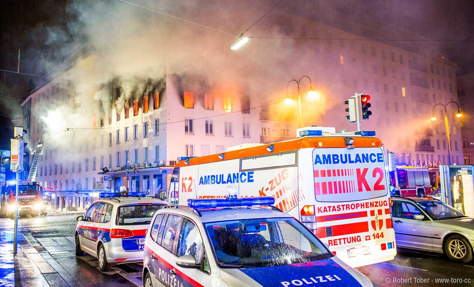 Brennendes Wohnhaus in der Wiener Innenstadt. Polizeifahrzeuge und Katastrophenzug K2 der Rettung vor Ort. © Robert Tober