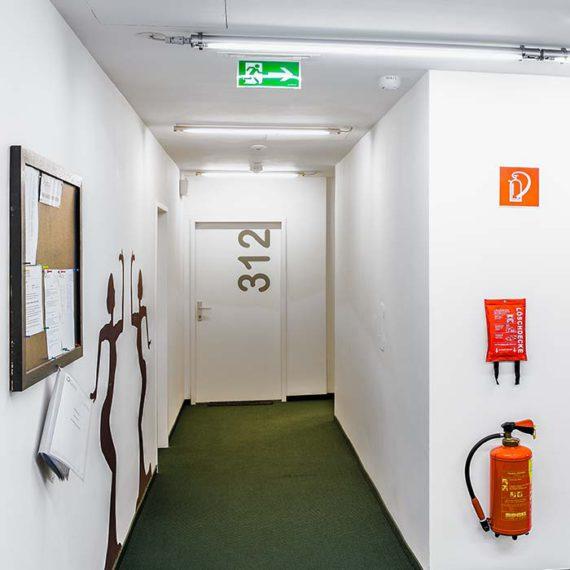 Am Gang des Studentenheims: gekennzeichnete Fluchtwege, Löschdecke und Feuerlöscher © Robert Tober