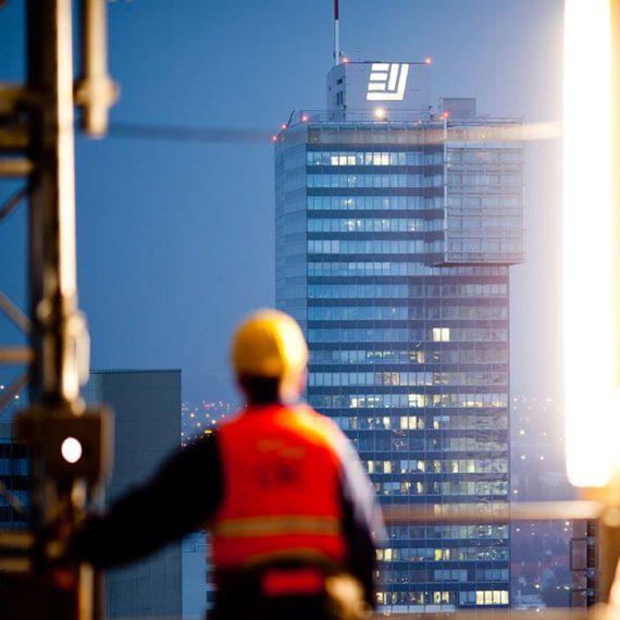 Der IZD-Tower mit einem Bauarbeiter des DC-Towers davor © Robert Tober
