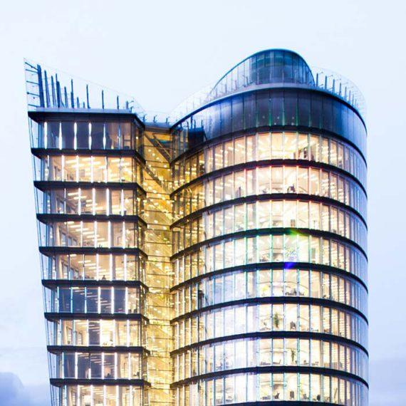 Beleuchteter Turm des Uniqa-Towers in Wien © Robert Tober