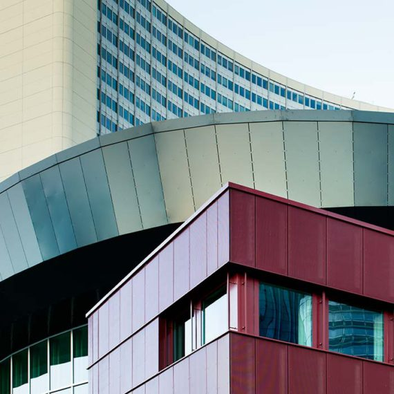 Konferenzgebäude VIC-M vor dem Vienna International Centre © Robert Tober