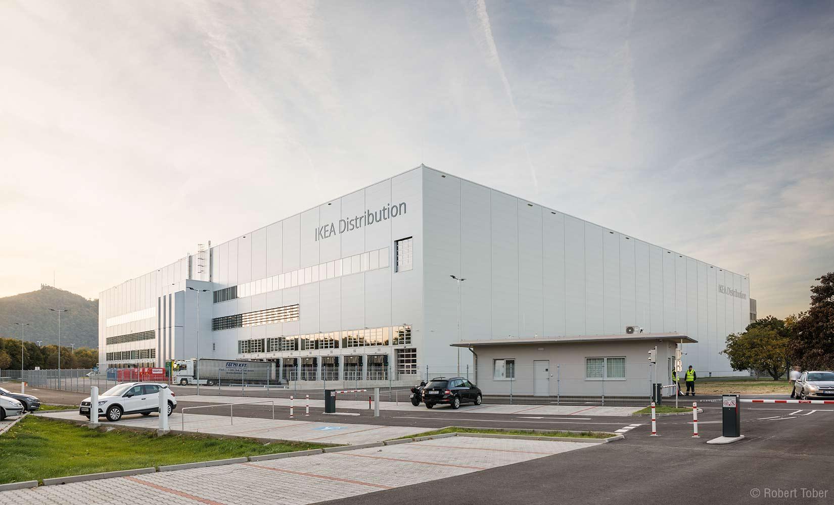 IKEA CDC Distribution, Logistikzentrum in Strebersdorf mit hochregallager, Aussenansicht mit Parkplatz,© Robert Tober · www.toro.cc