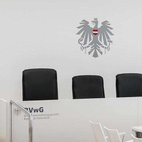 Bundesverwaltungsgericht Verhandlungssaal mit dem Österreichischen Adler © Robert Tober · Verhandlungssaal