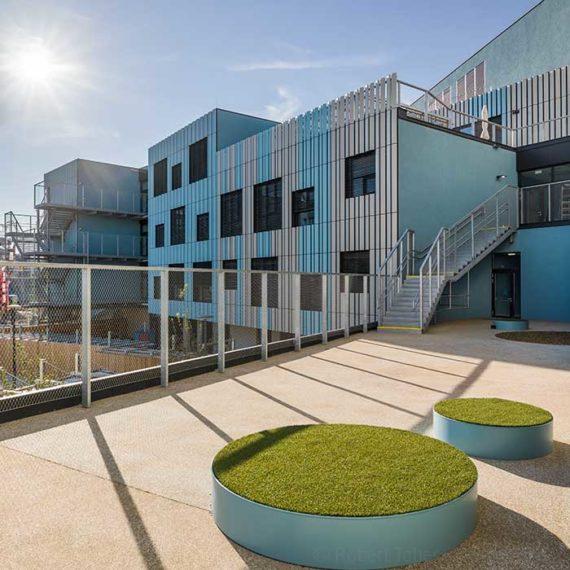 Moderne Architektur mit bunter Fassade von ICC Fassadentechnik. Christine Nöstlinger Campus Wien. © Robert Tober