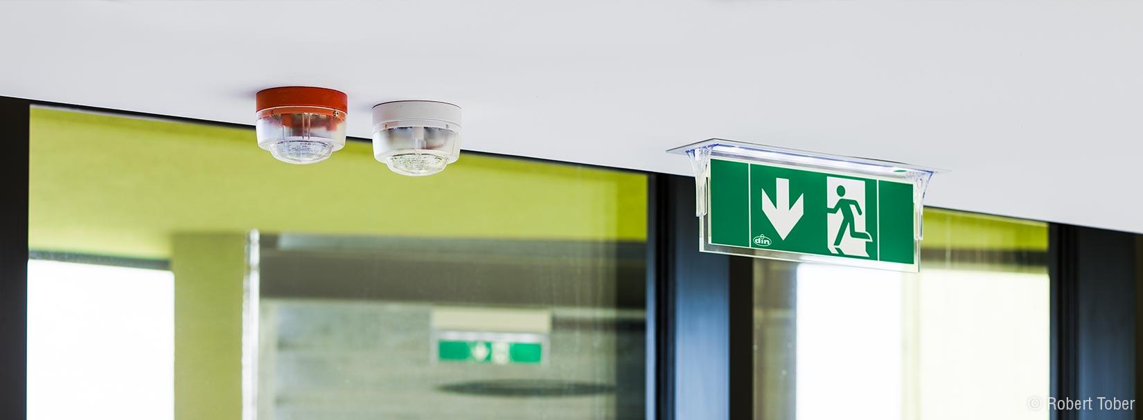 Christine Nöstlinger Bildungscampus Wien. Blitzleuchten des des stillen Alarms, Fluchtwegskennzeichnung. © Robert Tober Photography · www.toro.cc
